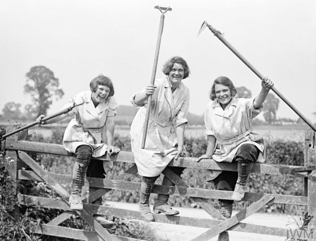 Members of the Women's Land Army during the First World War © IWM (Q 30679)