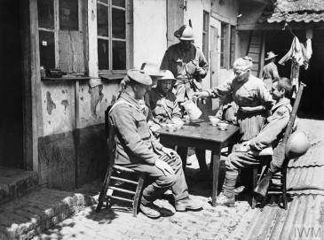 FWW Soldiers drinking on the Western Front 1914-1918