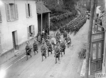 A Company, 1/14th Battalion, London Regiment (London Scottish) marching to the trenches on Doullens-Amiens road at Pas-en-Artois, 26th June 1916. © IWM (Q 790)